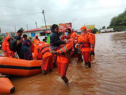 Un equipo de rescate trasladaba a los residentes del Estado de Maharashtra el 23 de julio.