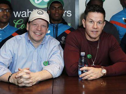 Paul y Mark Wahlberg, en Londres (el Reino Unido), este martes.