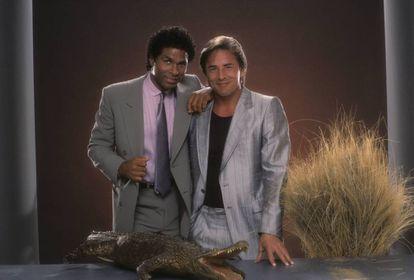 Philip Michael Thomas y Don Johnson, de la serie 'Corrupción en Miami', en 1984.