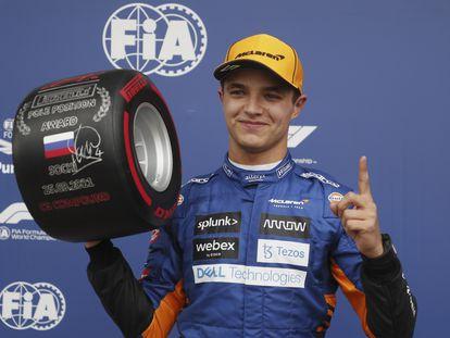 Lando Norris celebra haber ganado la pole del Gran Premio de Rusia en Sochi.