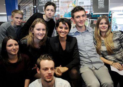 Najat Vallaud-Belkacem, ministra de Educación francesa, en una escuela donde un alumno fue agredido por apoyar a Charlie Hebdo.