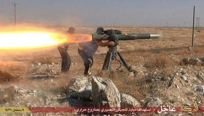 Imagen difundida por el EI que muestra a sus militantes disparando un misil en Hassakeh (Siria).