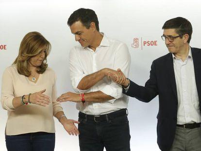 Pedro Sánchez, entre Susana Díaz y Patxi López tras conocerse los resultados.