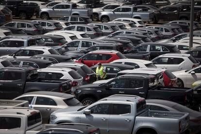 Almacén de vehículos listos para la distribucion del grupo Tradisa en Sant Boi del Llobregat.
