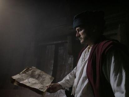 El actor Salva Reina interpreta Pedro Blanco, el negrero más famoso de España, en una escena del documental.