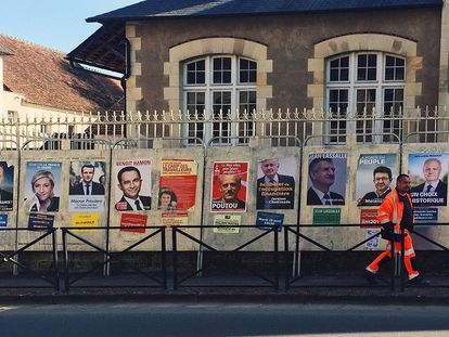 Carteles electorales en una calle de Donzy, Bergoña, este viernes.
