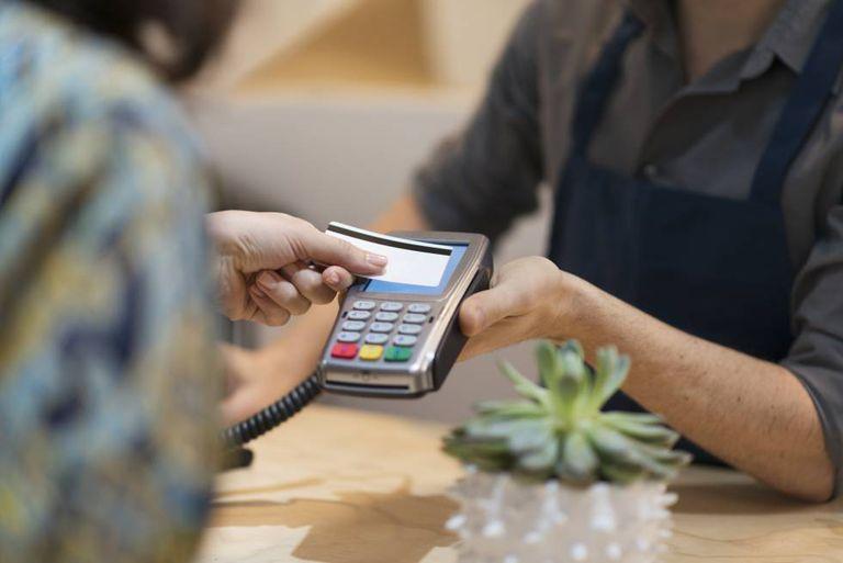 Un cliente paga con su tarjeta de crédito