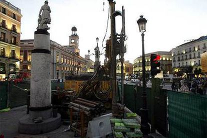 Aspecto de las obras del Ministerio de Fomento para la construcción de una estación de cercanías en la Puerta del Sol.