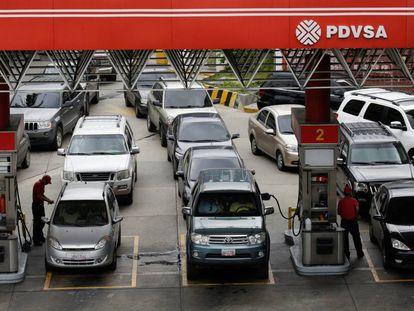Colas en una gasolinera de PDVSA en Caracas, en septiembre de 2017.