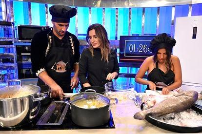 Asraf Beno, la chef Begoña Rodrigo e Isa Pantoja, en un momento del primer programa de 'La última cena'.