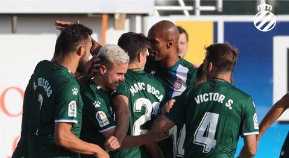 Los jugadores del Espanyol festejan el primer gol del partido.