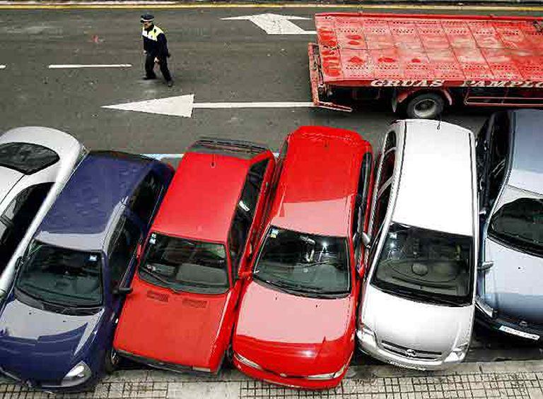 Coches estacionados en una calle de Pamplona tras ser embestidos por un autobús la pasada madrugada.