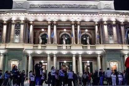 Decenas de personas esperan a ingresar al Teatro San Martín  durante el octavo Congreso de la Lengua Española, en Córdoba (Argentina).
