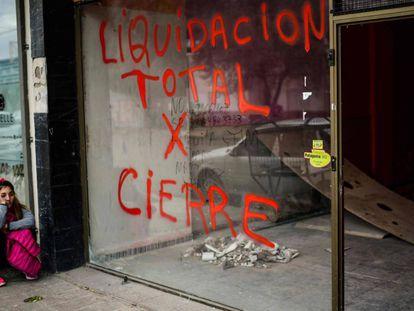 Un negocio cerrado en el centro de la ciudad de Trelew, provincia de Chubut.
