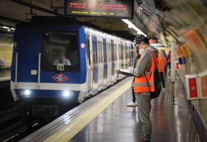 Personal que controla la afluencia en el metro de Madrid para evitar que se llenen los vagones, el pasado martes.