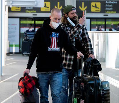Dos pasajeros a su llegada el pasado domingo al aeropuerto de Palma de Mallorca.