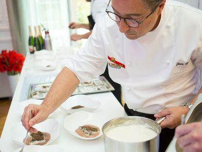 El chef Joan Roca y su equipo de cocina en la Maison G.H. Mumm.