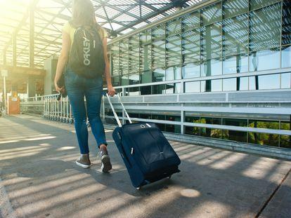 Una joven se dirige al avión.