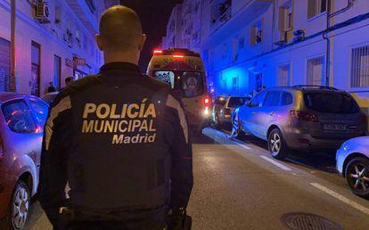 Un policía municipal, delante del lugar en el que la mujer fue herida de bala.