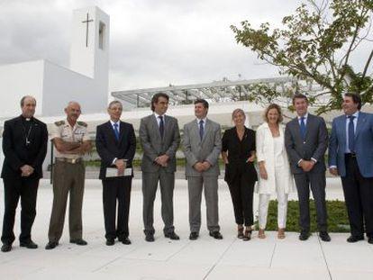 Alberto Núñez Feijóo, ante la sede del instituto Padre Rubinos con asistentes a su inauguración.