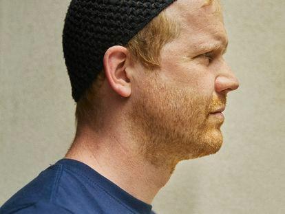 Andreas Malm, periodista y activista medioambientalista sueco fotografiado en la librería Finestres de Barcelona.
