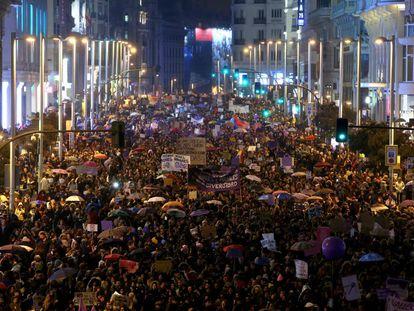 Vista general de la manifestación del Día Internacional de la Mujer a su paso por Gran Vía, en Madrid.