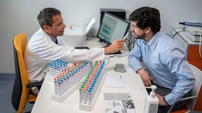 Claudio Fragola (izquierda), otorrinolaringólogo del Hospital Ramón y Cajal de Madrid, muestra un test de olfatometría.