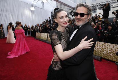 Rooney Mara y Joaquin Phoenix, en los premios Oscar de 2020.