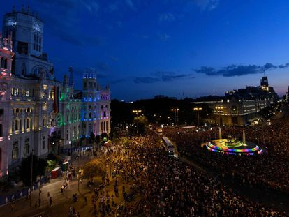 Revellers take part in the Gay Pride 2018 parade at the Cibeles square illuminated with the colors of the rainbow flag in Madrid, on July 7, 2018, one of the world's biggest. / AFP PHOTO / OSCAR DEL POZO