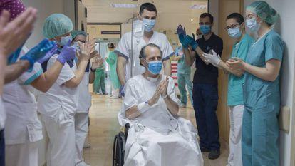 Aplauso a un paciente a su salida de la UCI, en el Hospital Sagrado Corazón de Sevilla.