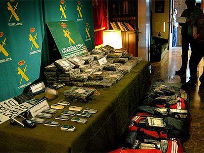 Junto a los fardos de cocaína, se han incautado matrículas, dinero y móviles.
