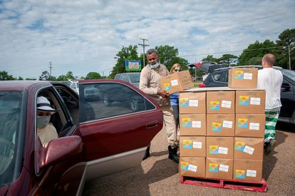 Reparto de cajas con alimentos en Marks (Mississippi), el pasado 24 de mayo.