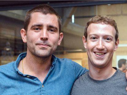 Chris Cox abraza a Mark Zuckerberg en una imagen difundida por el máximo responsable de Facebook.