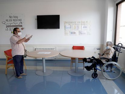 El hijo de María Luisa González se reencuentra con ella en su residencia, Centro Casaverde, en Navalcarnero (Madrid) el lunes, primer día de visitas autorizadas en tres meses.
