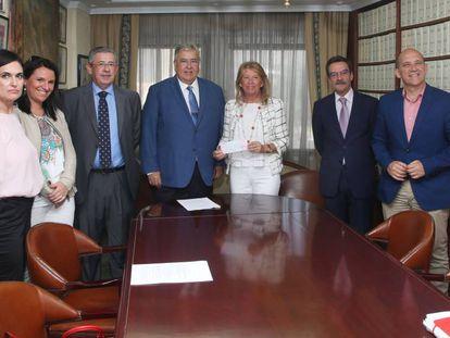 La alcaldesa de Marbella, en el centro, con el cheque en la mano.