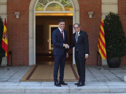 Pedro Sánchez y Quim Torra se saludan antes de su reunión en septiembre en La Moncloa.