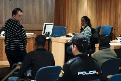 Gaizka Iturbe (de pie) declara en la Audiencia Nacional junto a los dos presuntos piratas somalíes.