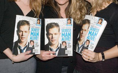 """Tres mujeres sujetan en sus manos tres ejemplares de People con Matt Damon en su portada, cuando fue elegido el """"hombre vivo más sexy"""" de 2007."""