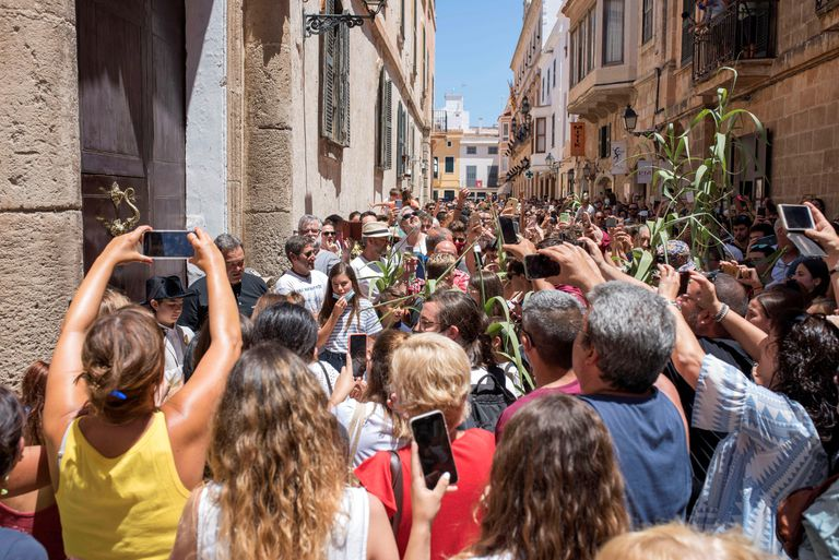 Celebración espontánea de la fiesta de San Juan en Ciutadella, Menorca, festejo suspendido por el Ayuntamiento y en el que se han producido algunas aglomeraciones.