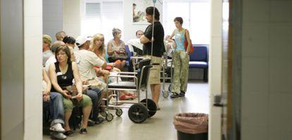 Pacientes en urgencias del hospital Virgen del Rocío, en una imagen de archivo.