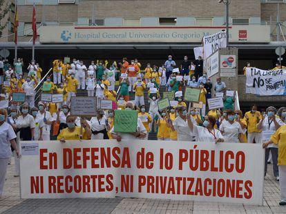Concentración de las trabajadoras del Hospital Gregorio Marañón por la privatización del servicio de limpieza.