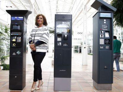 La alcaldesa de Madrid, Ana Botella, posó ayer junto a los tres nuevos modelos de parquímetros.