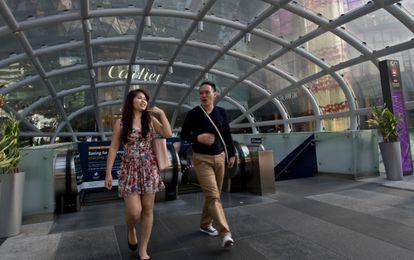 Una avenida con tiendas de lujo en Singapur.