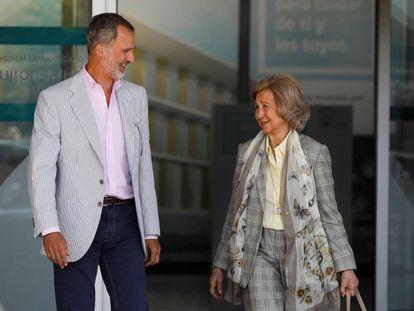 Felipe VI y la reina Sofía abandonan el hospital Quirónsalud, en Pozuelo de Alarcón (Madrid). En vídeo, el parte médico de la operación.