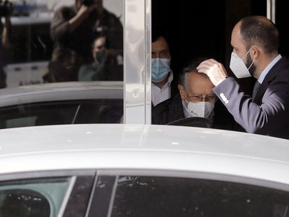 El exvicealcalde de Valencia, Alfonso Grau, a la salida de su domicilio tras el registro efectuado por agentes de la UCO tras ser detenido este jueves.