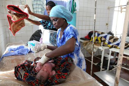 Una enfermera limpia a un recién nacido en la maternidad de un hospital de Sierra Leona.
