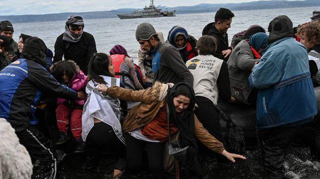54 refugiados afganos, procedentes de Turquía, desembarcando este viernes en la isla griega de Lesbos. En vídeo, Turquía abre la frontera para que los refugiados sirios entren en Europa.