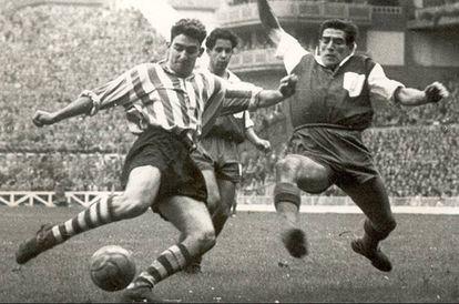 Chut de José Luis Arteche en el partido de Liga jugado en San Mamés, entre Athletic y Atlético de Madrid, el 16 de enero de 1955.