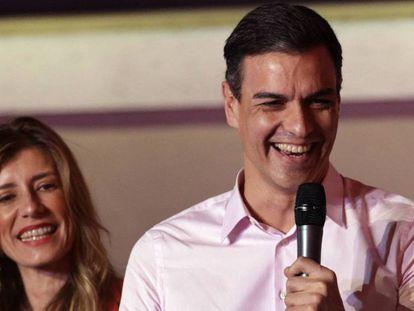 Pedro Sánchez, con su esposa Begoña Gómez, durante su discurso a los simpatizantes este domingo en Ferraz. En vídeo, las reacciones de los líderes políticos tras los resultados del 28A.
