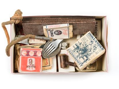 Caja con los objetos personales de Luis García Berlanga en la División Azul: cigarrillos, papel de fumar, tabaco de liar, pipa, mechero, cubiertos…